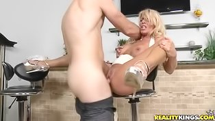 MILF blonde takes it on all fours