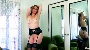Stockings-clad slut fingers herself
